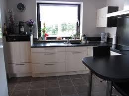 cuisine lave vaisselle en hauteur lumineuse et fonctionnelle avec le lave vaisselle en hauteur
