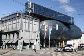 Kunsthaus Graz Kunsthaus Graz Im Vordergrund Das Eiserne Haus Stockfoto Auf