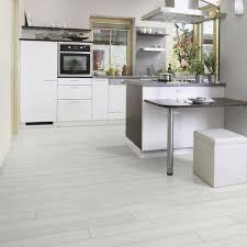 laminat in der küche 40 wunderschöne fotos laminat in weiß archzine net