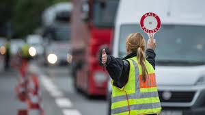 Wetter In Bad Reichenhall Eine Polizistin Winkt An Der Anschlussstelle Bad Reichenhall Der