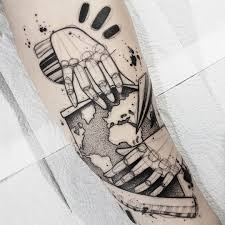 tatuagem criada por bernardo lacerda mapa mundi em blackwork
