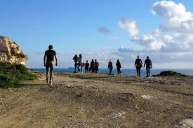 film petualangan wanita gambar manusia laut pantai batu horison gurun berjalan