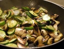 cuisiner des courgettes à la poele recette de poêlée de courgettes et chignons recettes diététiques