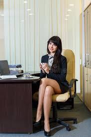 sous les jupes au bureau femme dans un café potable de jupe courte dans le bureau photo
