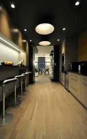 cuisine noir et jaune design interieur meuble noir chaises bar peinture murale noir jaune