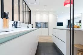 cuisine blanc mat réalisation d une cuisine ouvert avec îlot central dans une finition