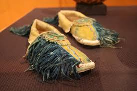 file wla brooklynmuseum kiowa moccasins jpg wikimedia commons