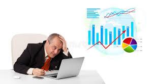 bureau des statistiques homme d affaires s asseyant au bureau avec l ordinateur portable