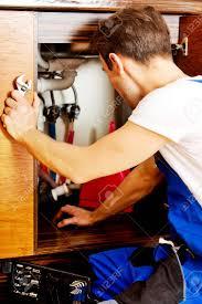 reparation armoire de cuisine homme quelque chose de réparation à l intérieur des armoires