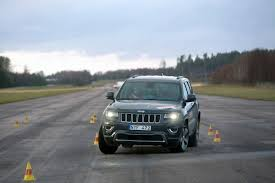 2014 jeep grand cherokee tires see how updated 2014 jeep grand cherokee fares in swedish moose test