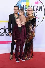 ashlee and evan ross at the 2017 amas popsugar