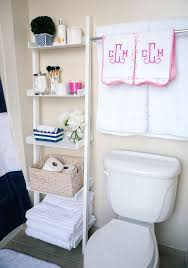 Ways To Decorate A Small Bathroom - best 25 apartment bathroom decorating ideas on pinterest simple