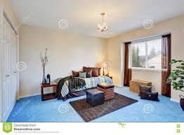 modernes schlafzimmer mit blauem teppichboden stockfoto bild