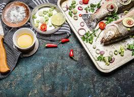 faire r馘uire en cuisine préparation de poisson cru sur la table de cuisine avec faire cuire