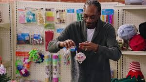 snoop dogg and busy philipps make christmas ornaments