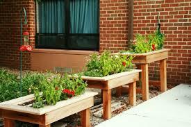 blumenkasten holz balkon pflanzkasten aus holz schöne pflanzenbehälter als dekoartikel