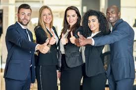 equipe bureau groupe de gens d affaires avec un geste de pouces dans un bureau
