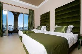 hotel avec dans la chambre chambre à coucher luxueuse d hôtel avec des balcons chambre à