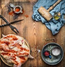 marteau cuisine poulet entier aplati avec le marteau de viande les épices et les