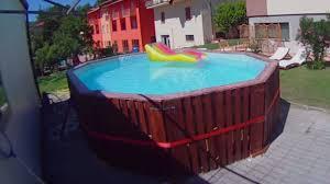 selbst gebauter pool aus paletten mit maßgeschneidertem pooldeck