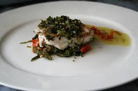 cuisiner le merou filet de mérou en croûte d herbes et salade de pousses d épinard