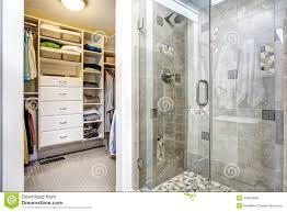 interieur salle de bain moderne intérieur moderne de salle de bains avec la penderie photo stock