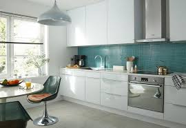 cuisine équipée blanc laqué cuisine blanc brillant et bois unique cuisine aménagée blanc laqué