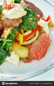 les fonds de cuisine salade de viande avec les tomates vertes sur le terrain de fond de