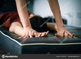 canapé le mans proche jusqu à mans mains tenant une femme remet un canapé noir pour