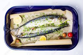 cuisine maquereau poisson maquereau avec des ingrédients de cuisine sur un plat allant