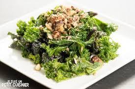 cuisiner le chou recette de chou kale sauté aux fruits secs et graines
