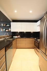 cuisine bois et blanche chalet rustique chic cuisine bois et blanc comptoir noir dosseret