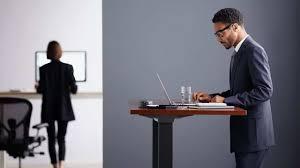 bureau pour travailler debout travailler debout au bureau une solution pour lutter contre le mal