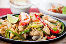 cuisine mexicaine fajitas cuisine mexicaine fajitas au poulet sur une poêle en fonte chaude
