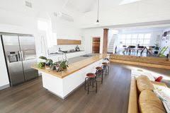 plan de cuisine ouverte sur salle à manger cuisine open plan moderne luxueuse photo stock image du maison