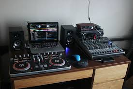 with minimal space in my dorm room here is my simple dj setup
