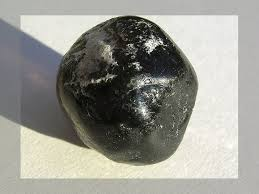 obsidian color how to tell the difference between black onyx jet apache tear