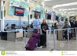 bureau d enregistrement bureau d enregistrement d air canada à l aéroport de yvr photo stock