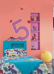 mur chambre enfant deco mur chambre enfant tete de lit peinture bleu grand pochoir chiffre