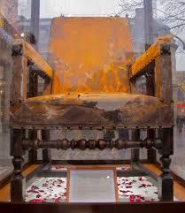 fauteuil de malade le fauteuil de molière exposé sur le parvis de la édie