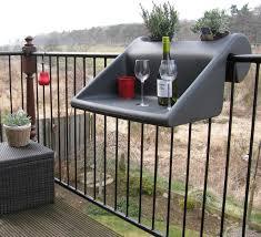 balkon und terrasse balkonzept tisch ablage balkon terrasse modern terrasse