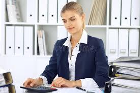 le bureau fille femme moderne d affaires ou comptable féminin sûr dans le bureau