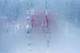 condensation chambre le verre de fenêtre avec la condensation humidité fort et élevé