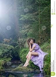 imagenes lindas naturaleza mujer linda en paisaje de la naturaleza foto de archivo imagen de