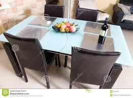 Table Cuisine Moderne Design by Table De Cuisine Moderne Avec Des Fruits Un Vin Photographie Stock