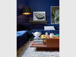 canapé velours bleu 10 canapés en velours pour un salon cocooning