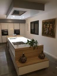 cuisine au milieu de la cuisine avec îlot central bloc armoire avec porte du milieu