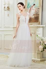 robe de mari e simple dentelle de mariée civile simple décolleté profond avec des fleurs dentelle