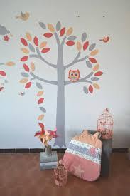idee deco chambre bebe fille stickers arbre hibou chouette oiseaux corail gris abricot saumon