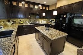 cuisine noir et jaune cuisine cuisine blanche plan de travail noir avec vert couleur
